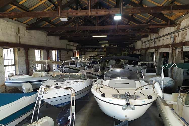 Stockage de bateaux en intérieur et extérieur avec aire de lavage aux Bormettes à la Londe les Maures